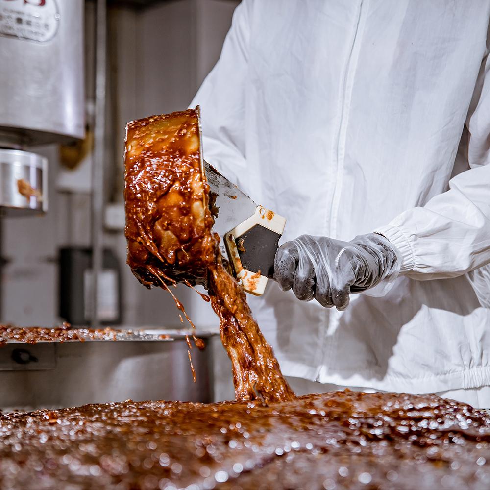 選擇高品質食品級鋁合金模具,將煮好的濃郁黑糖,均勻導入模具塑型。