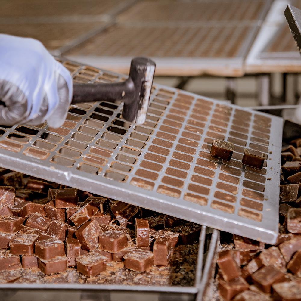 初步冷卻後掌握黃金時刻,將每顆晶瑩剔透的糖磚敲下並做篩選。