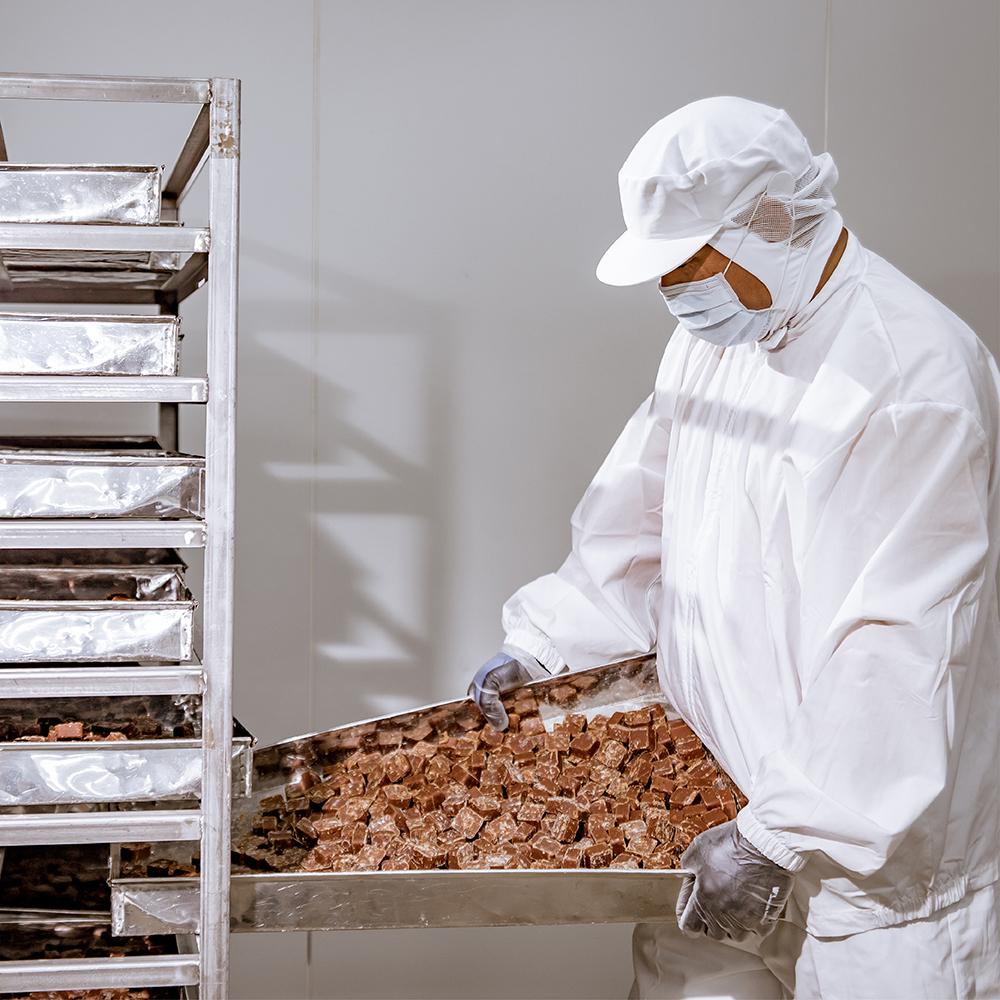 篩選過後的糖磚,放入無塵乾燥間,並且定期檢查每顆糖磚樣態,以保證品質優良。