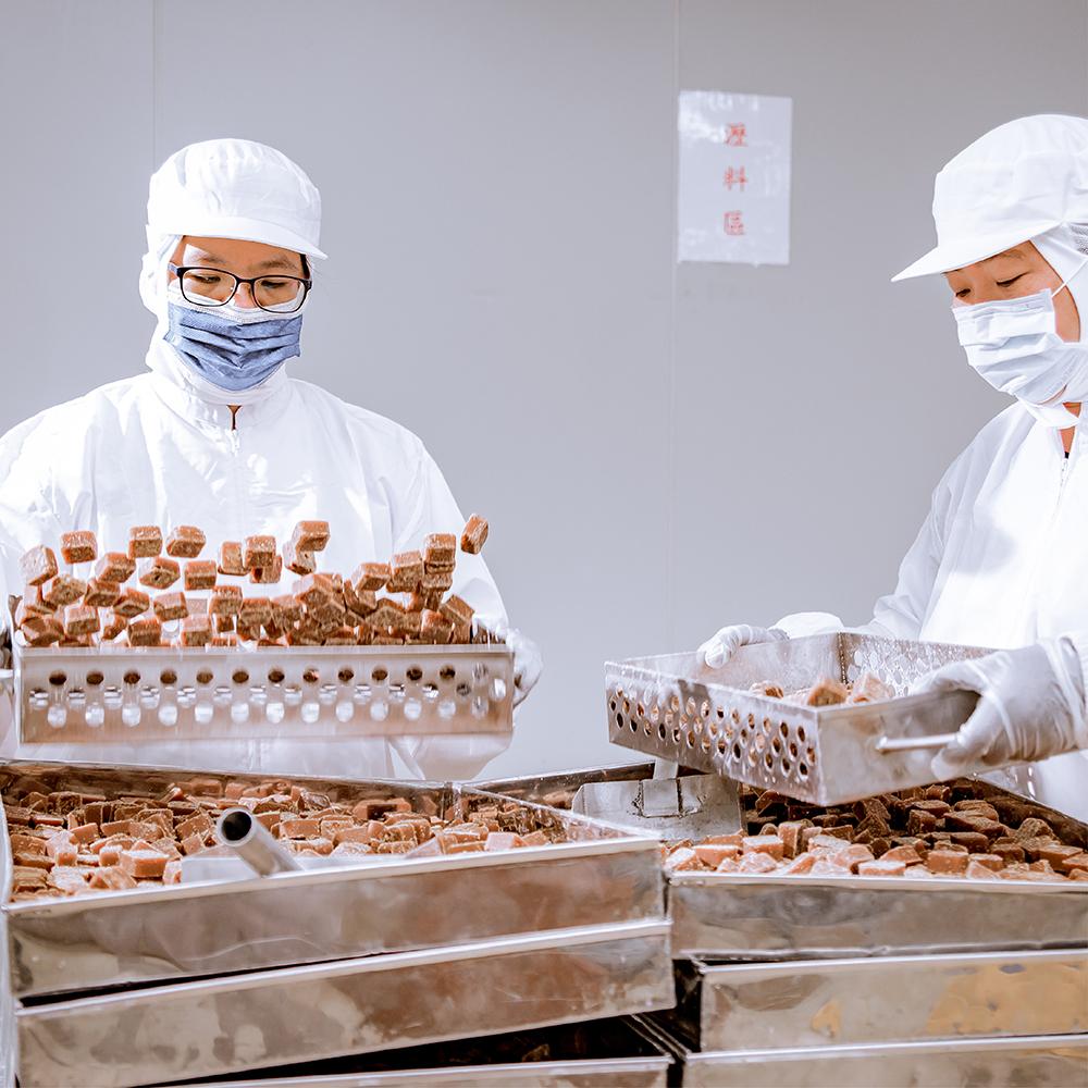 將產品做第二次篩選,只將品質最好的糖磚呈現給客戶。